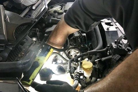 main-dans-le-moteur-480